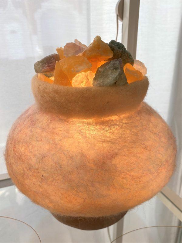 Edelstein Filzlampe 081 - beige glanzfein mit Orangencalzit, Bergktistall und Regenbogenfluorit 4 SanjaNatur