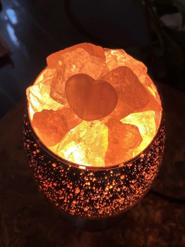 Heilstein Lampe 001 - hellrosa spiegelnd mit Rosenquarz, Bergkristall und Salzkristall 3 SanjaNatur